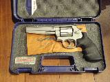 Smith & Wesson 686-6 Pro Series La version moderne du classique de S&W, tout inox, canon long usiné selon une silhouette inhabituelle pour Smith & Wesson, six coups en 357 magnum, double action, guidon en fibre S&W, visée micrométrique, crosse en caoutchouc d'origine, le tout dans sa boîte...